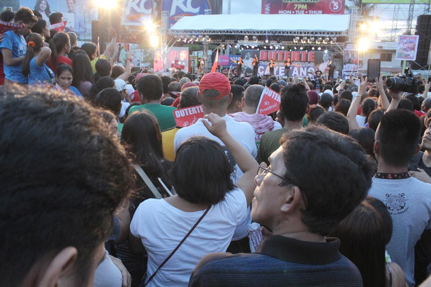 Thousands of people trooped towards Roxas Avenue starting 1:00 in the afternoon bringing their own placards, streamers, cellphones and cameras. (Medel V. Hernani/davaotoday.com)