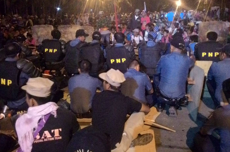 At around 7:00 in the evening, the police and the protesters await the arrival of Provincial Governor, Emmylou Taliño-Mendoza to end the impasse. (Contributed photo by Kathyrine Cortez)