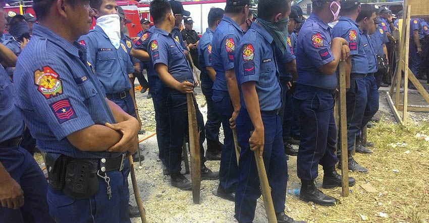 The anti-riot police from the North Cotabato Provincial Police Office await orders to disperse the barricade. (Contributed photo by Kathyrine Cortez)