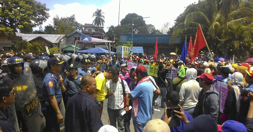 Kidapawan City Mayor Joseph Evangelista negotiates with the protesters. (Contributed photo by Kathyrine Cortez)