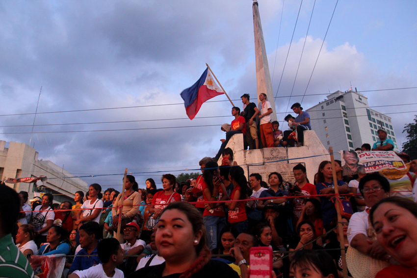 Synchronized cheers heard from the crowd while waiting the arrival of the two standard bearers of PDP-Laban, Davao City Mayor Rodrigo Duterte and Senator Alan Peter Cayetano as Vice President. (Ace R. Morandante/davaotoday.com)