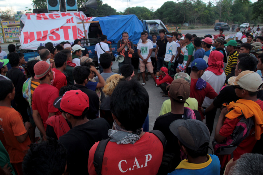 ORIENTATION. The farmers hold their orientation in blocking the road of General Santos national highway in Koronadal City. (Ace R. Morandante/davaotoday.com)