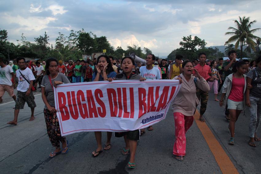 ADVANCE. Farmers move forward to occupy the road. (Ace R. Morandante/davaotoday.com)