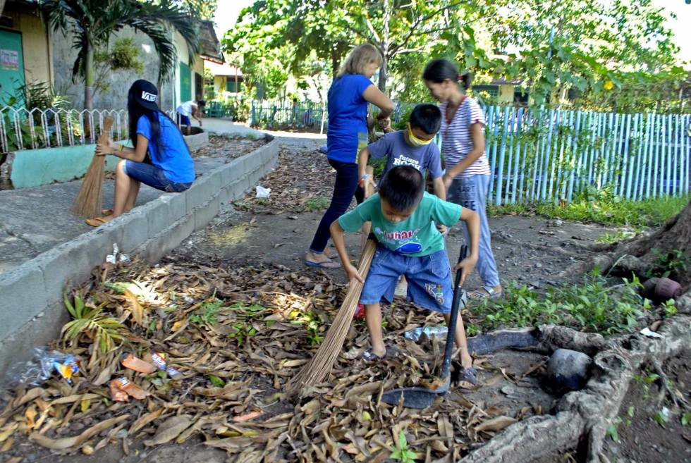 A young student in SIR Elementary School in Davao City helps clean the school premises to prepare it for the school opening on June 13. (Ace R. Morandante/davaotoday.com)