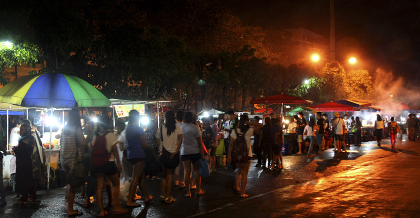 Night Market along Roxas Avenue, Davao City. (Ace R. Morandante/davaotoday.com)