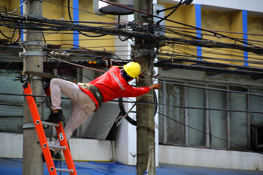 A worker fixes tangled cable wires along Ecoland Street in front of the Hall of Justice in Davao City.(Ace R. Morandante/davaotoday,com)