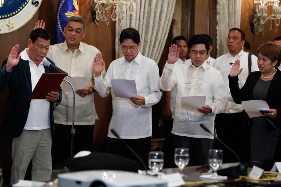 President Rodrigo R. Duterte administers the oath of office for newly-appointed members of the Government of the Philippines (GPH) Peace Panel at the State Dining Room of the Malacañan Palace on Monday evening, July 18, 2016. Joining the GPH Peace Panel are (from left to right) Hernani Braganza, Atty. Rene Sarmiento, Atty. Noel Felongco and Atty. Angela Librado-Trinidad. TOTO LOZANO/PPD