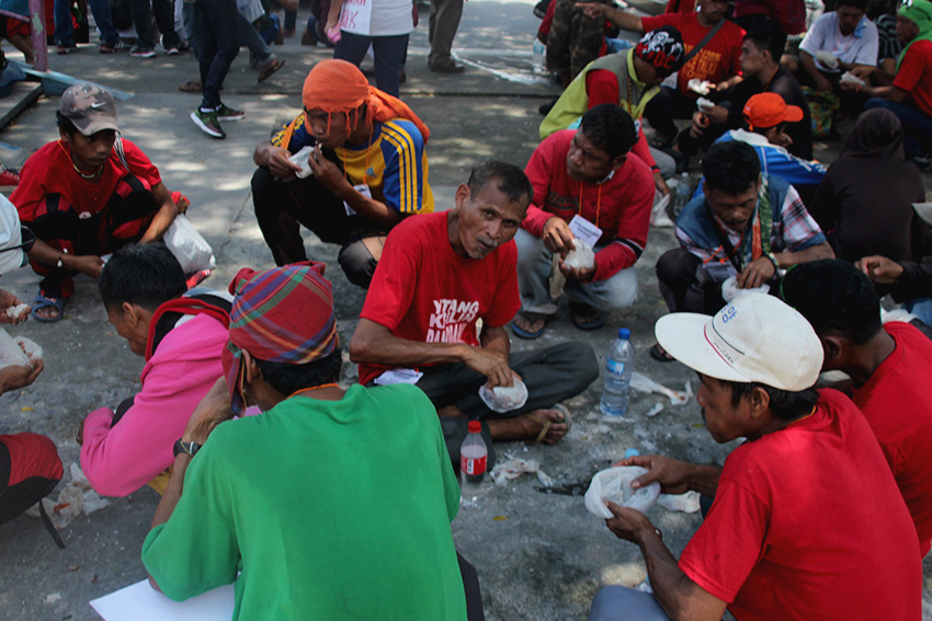 LUNCH BREAK. Before reaching the House of Representatives (Batasan Complex), marchers rest at noon time for a lunch break.
