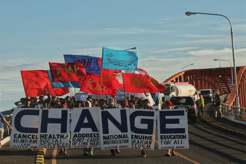 MARCH TO MANILA. Hundreds of delegates of Manilakbayan para sa SONA from Mindanao, along with members of progressive groups from Eastern Visayas march in San Juanico bridge connecting Leyte and Samar islands on Wednesday afternoon, July 20. The delegates are traveling towards Manila to attend the first State of the Nation Address of President Rodrigo Duterte. (Earl O. Condeza/davaotoday.com)