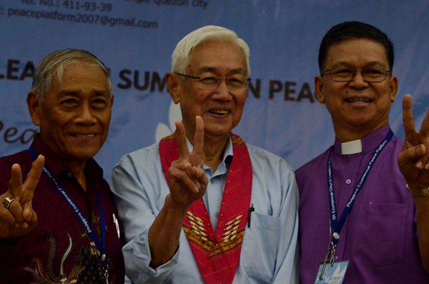 PEACE SIGN. Luis Jalandoni, chairperson of the National Democratic Front negotiating panel poses with church leaders during the 5th Ecumenical Church Leaders Summit on Peace organized by the Philippine Ecumenical Peace Platform at the Homitori Inn in Davao City on Wednesday, September 21. (Zea Io Ming C. Capistrano/davaotoday.com)