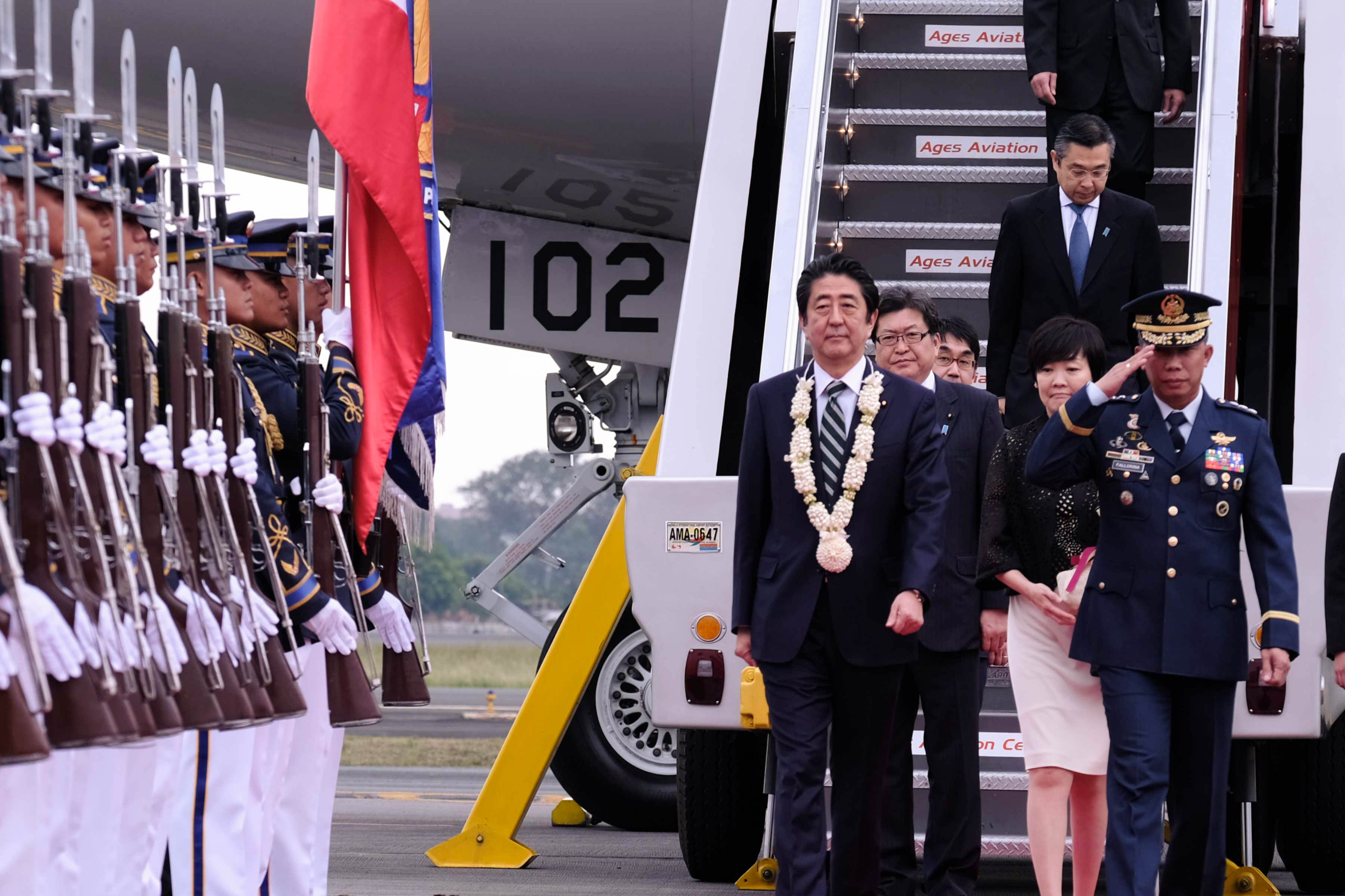 Abe offers ¥1-trillion aid, stronger ties
