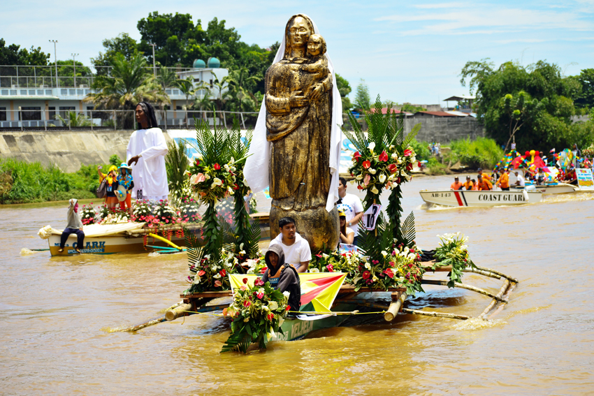 GIGANTIC. Statues of saints are paraded in the annual fluvial procession of Higalaay Festival 2017, a month-long festivity held annually in Cagayan de Oro City. (Jigger J. Jerusalem/davaotoday.com)