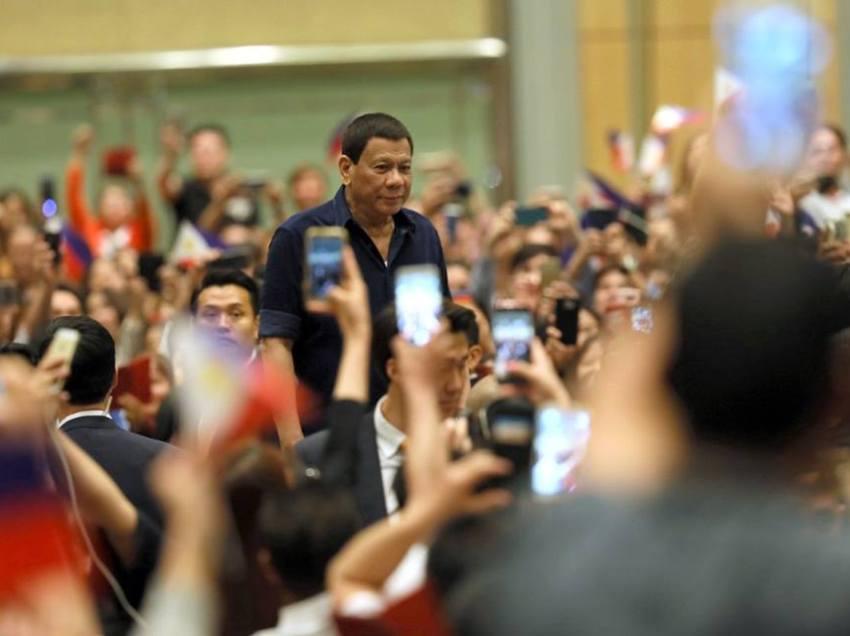 On stage kiss drew flak anew for Pres. Duterte's Seoul visit