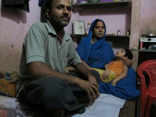 Deepak en su casa de Indore, en la India. Uno de los miles de pobres, niños y analfabetos que están siendo reclutados para ensayos clínicos por las grandes farmacéuticas. FOTO DAVID JIMENEZ