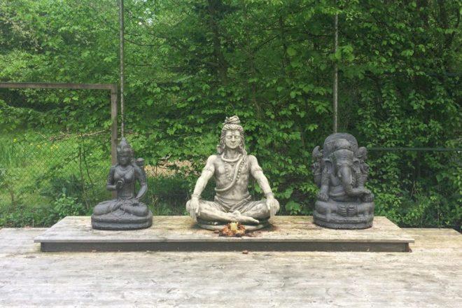 Yoga plattform shiva statue