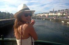 holding-single-girl-in-paris