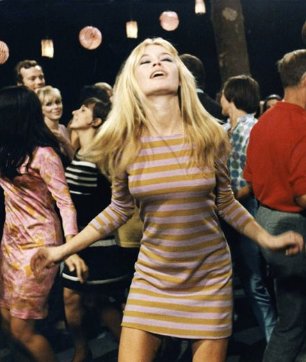 00-holding-dress-sumer-date-french-girl