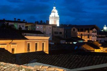 El centro histórico de Quito se ilumina por las noches, ofreciéndonos así una vista espectacular.
