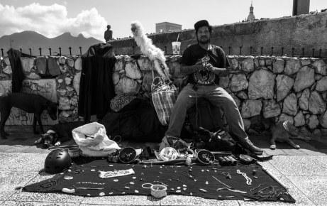 Nació en la Ciudad de México, pero ahora recorre el país como comerciante. En ese día se estableció en la Macroplaza, con el Cerro la Silla a sus espaldas