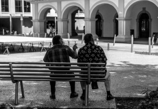 Dos señores platican en la Plaza Alameda. Dentro del folklore latinoamericano no puede faltar una imagen así.