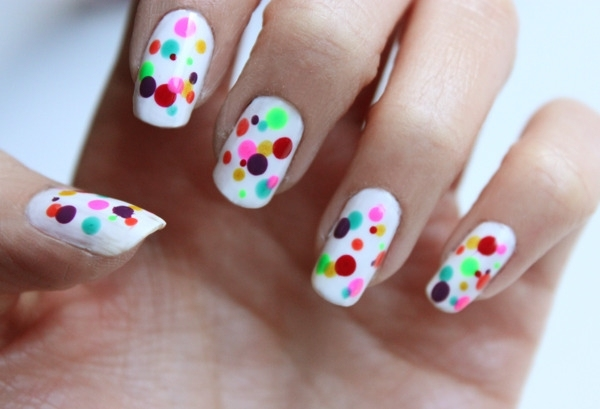 ongles-nail-art swag fond blanc pois multicolores