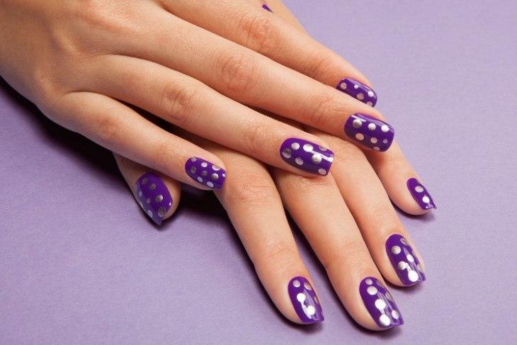 vernis-shellac-violet-pois-argentés-ongles-mi-longues
