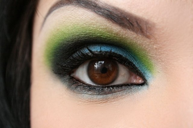 maquillage yeux idee-ete--fard-paillettes-crayon-contours