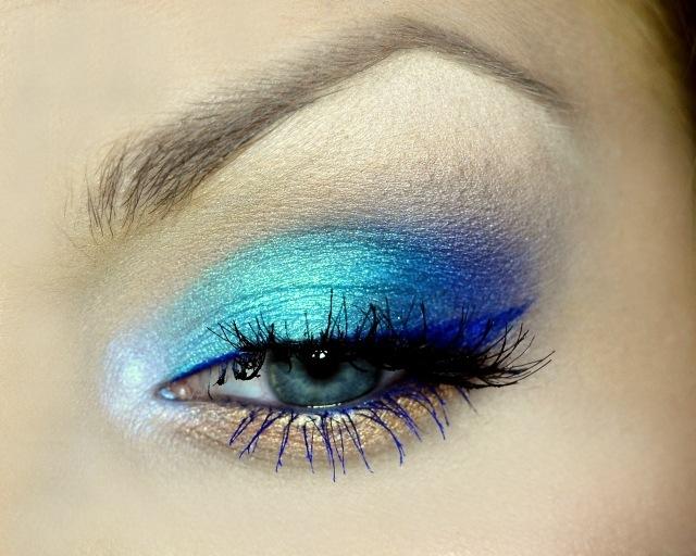 maquillage-yeux-idee-ete--mascara-fard-paupieres-bleue-sourcils
