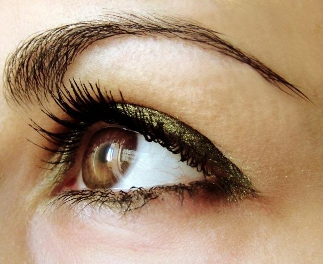 maquillage-yeux-idee-ete-paupieres-paillettes-mascara-sourcils-visage-femme