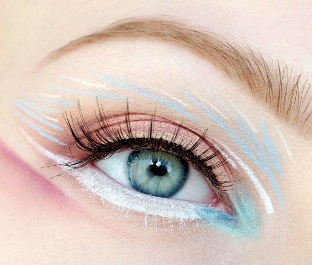 maquillage-yeux-idee-ete-tons-bleu-blanc-mascaral
