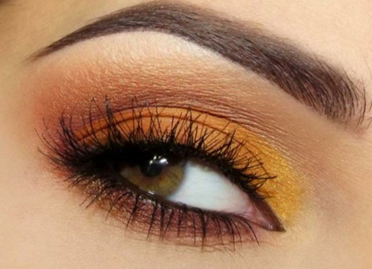 idees-maquillage-ete-fard-paupières-orange-jaune-marron-mascara