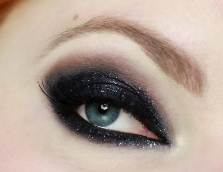 idees-maquillage-ete-fard-paupières-party-look-noir-pailleté