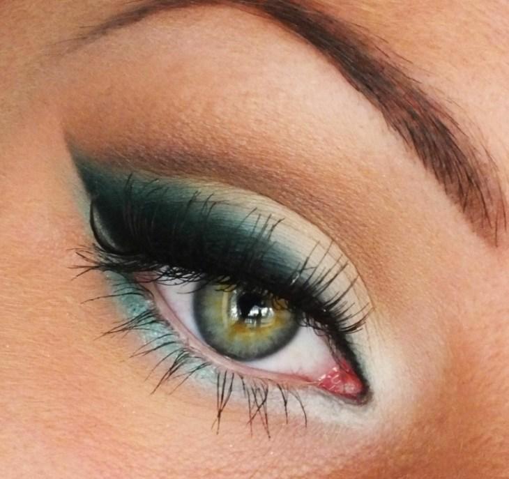 idees-maquillage-ete-mascara-ombre-paupières-turquoise-bleu-foncé-blanc