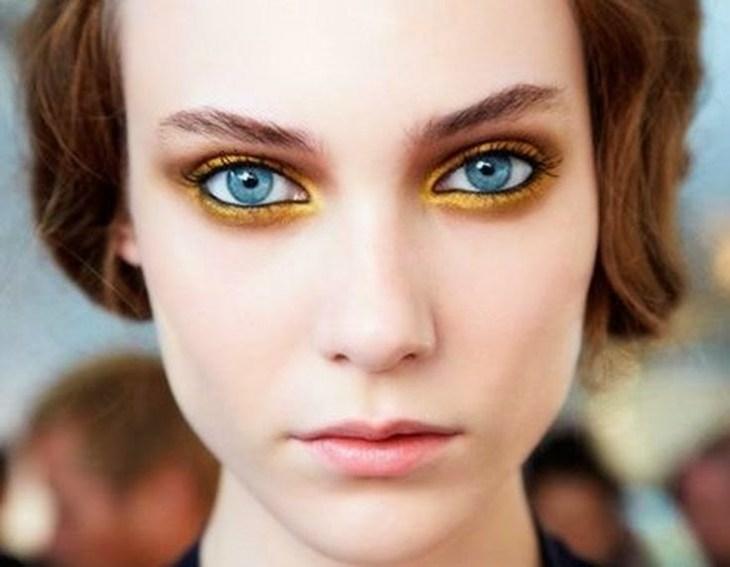 idees-maquillage-ete-ombre-paupières-poudre-or-crayon-noir