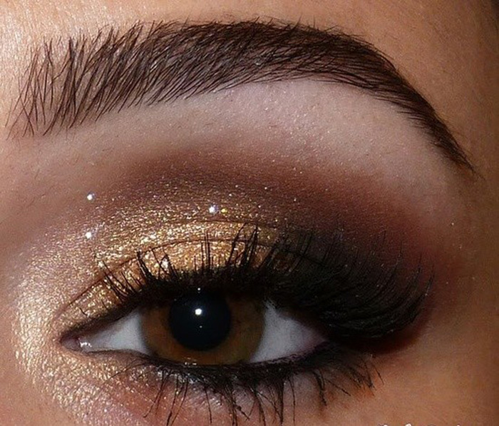 idees-maquillage-ete-party-ombre-paupières-or-pailleté