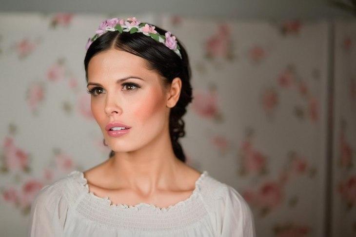 maquillage-mariée-délicat-rouge-lèvres-couronnes-fleurs-robe
