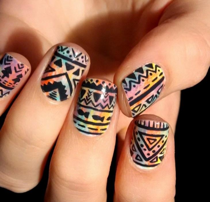 nail-art-motif-azteque-couleur-jaune-noire