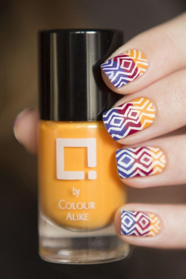 nail-art-motif-azteque-couleur-jaune-rouge-bleu