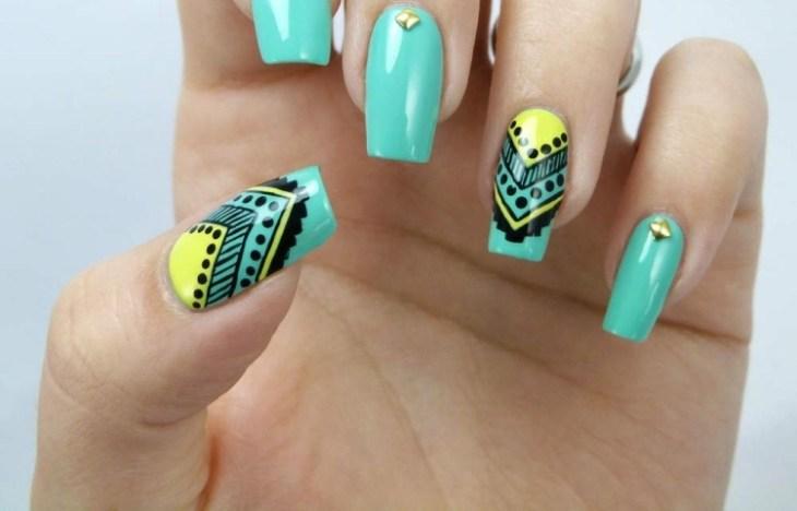 nail-art-motif-azteque-vert-menthe-couleur-jaune-strass