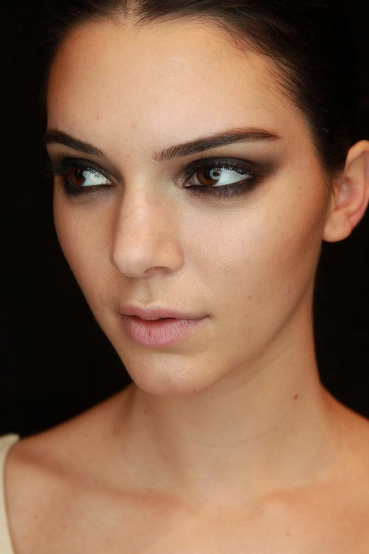 maquillage de soirée 2015-accentuer-yeux-fard-paupieres-noir-mascara