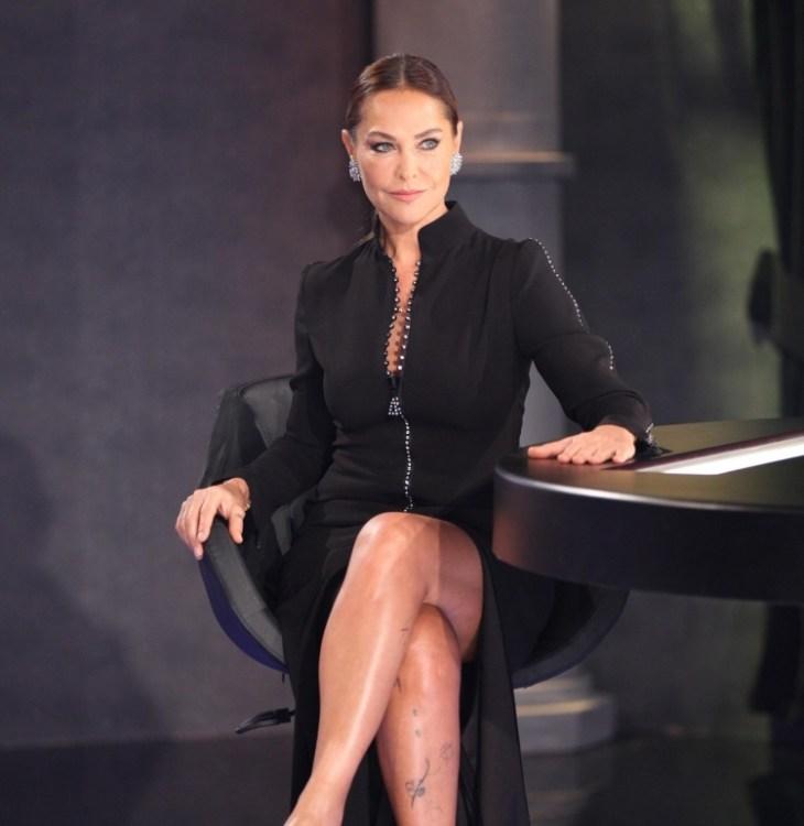 coiffure-nouvel-an-chignon-classique-robe-noire