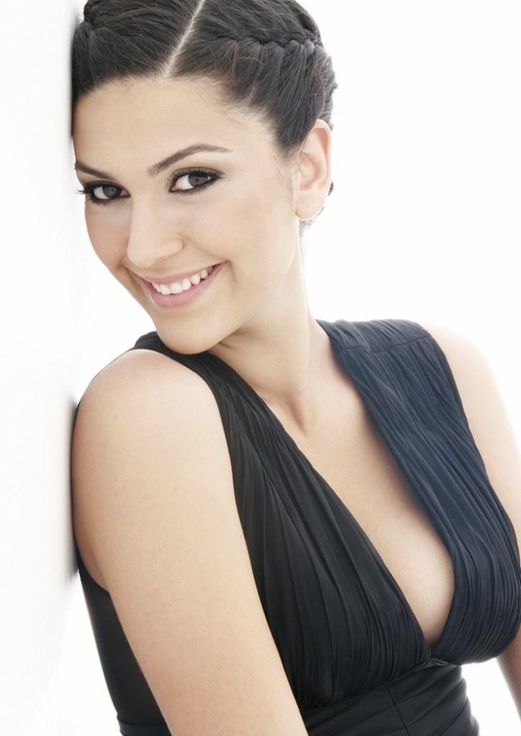 coiffure-nouvel-an-chignon-classique-tresse-robe-noire