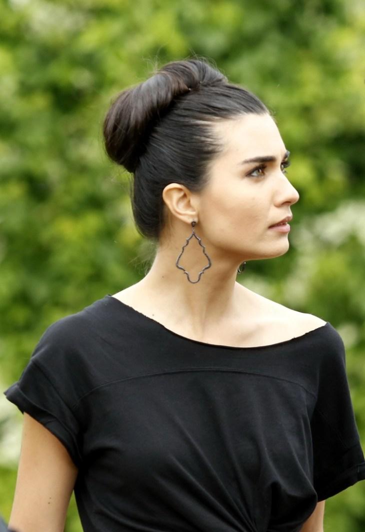 coiffure-nouvel-an-chignon-haut-robe-noire