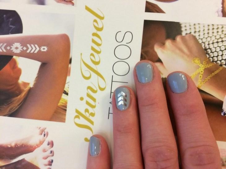 tatouages-éphémères-argentés-vernis-gris-nail-art-original