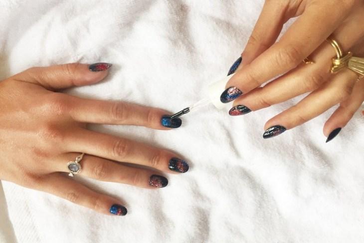 tuto nail art –nouvel-an-vernis-ongles-noir-paillettes-motif-feu-artifice