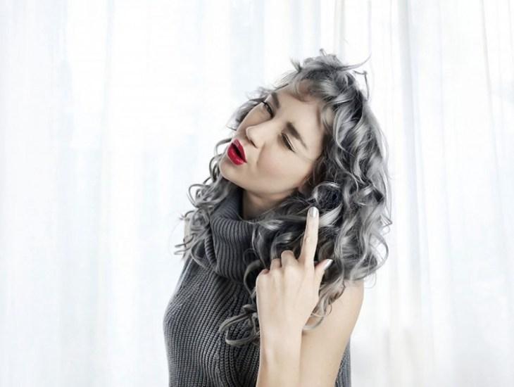 cheveux gris -bouclés-naturellement-frange