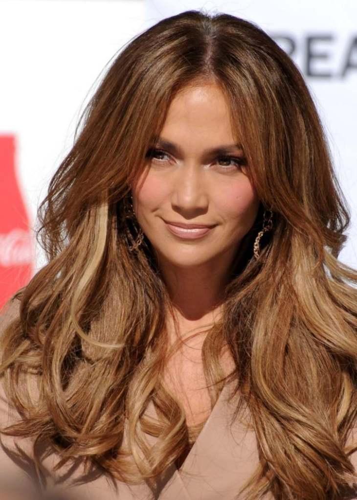cheveux couleur caramel -base-châtaigne-mèches-blond-doré-Jennifer-Lopez