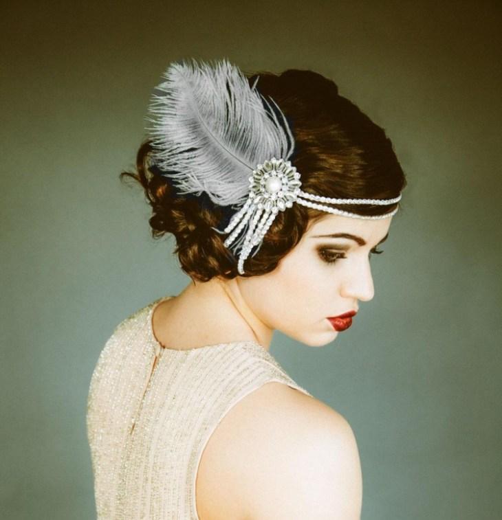 coiffure-vintage-chignon-élégant-orné-parure-perles-plume