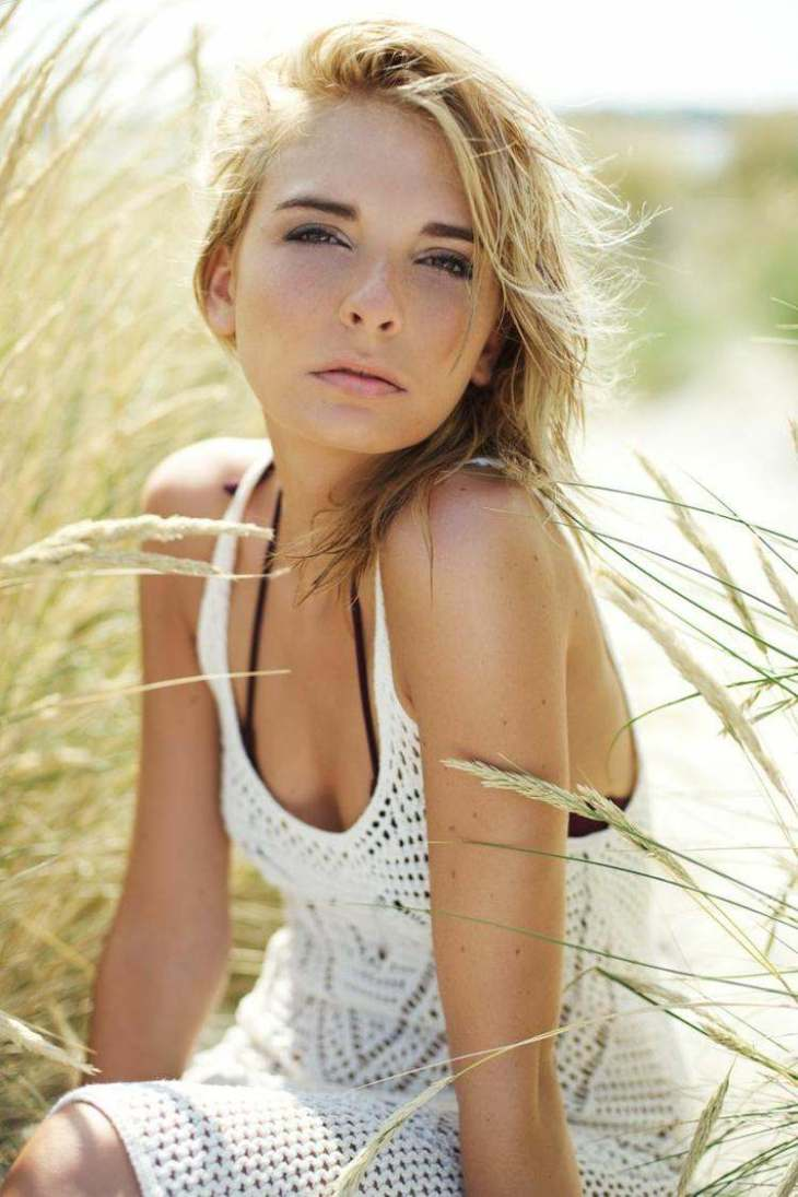 maquillage nude trait-crayon-noir-poudres-beige-robe