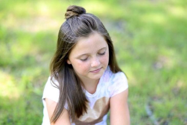 coiffure pour petite fille -petit-chignon-torsadé-cheveux-mi-longs